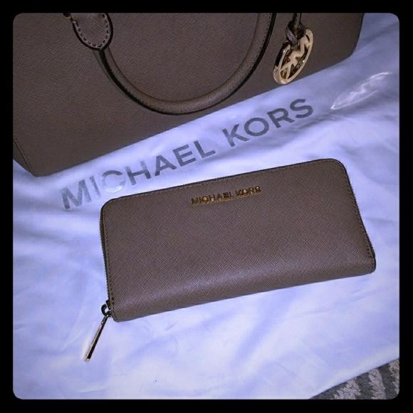 45824da8aa1a ... top quality michael kors jet set travel zip around wallet auth 07ca6  24f56